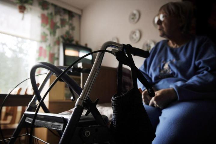 Vanhuspalvelulaki määrittää, että hoitohenkilöstöä ja osaamista pitää olla riittävästi hoidettavien ihmisten määrään nähden läpi vuorokauden. Lehtikuva / Antti Aimo-Koivisto