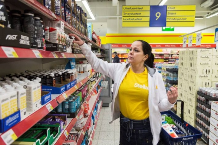 Sairaanhoitaja Tiina Korhonen Stella Kotipalveluista on ravitsemuskoulutuksen jälkeen kiinnittänyt aiempaa enemmän huomiota esimerkiksi elintarvikkeiden proteiinipitoisuuksiin, kun hän käy asiakkaan puolesta kaupassa.