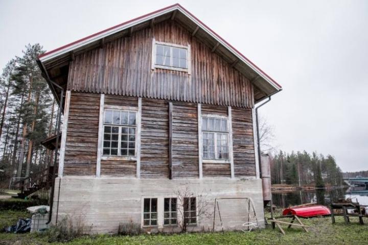 Enossa näkyy pitkää teollisuuden ja käsityöläisyyden perintö. Niskan vanhan nahkatehtaan rakennuksessa toimii edelleen alan yritys.
